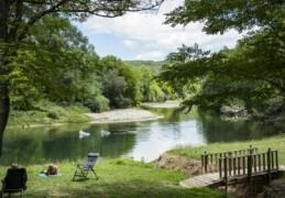 Staanplaatsen direkt aan de rivier